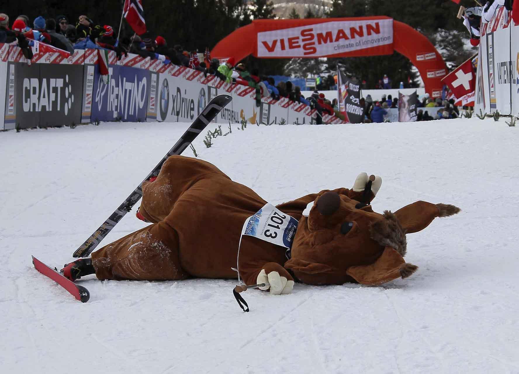 Anche lo Skiri cade sfinito nella salita finale del Tour de Ski 2012 Foto