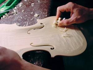 Liutai lavoraz 2 ciresa 300x225 Complementi darredo? Si cambia musica. Il Legno di Fiemme amato da Stradivari approda al Salone del Mobile di Milano