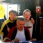 """Mariano suona la tastiera Daniela canta 150x150 """"EN MALGAR … MA CHE OM!"""" AL TEATRO DI TESERO"""