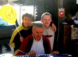 Mariano suona la tastiera Daniela canta 300x221 I nostri primi 40 anni all'ANFFAS di Cavalese   Incontro con i 7 saggi