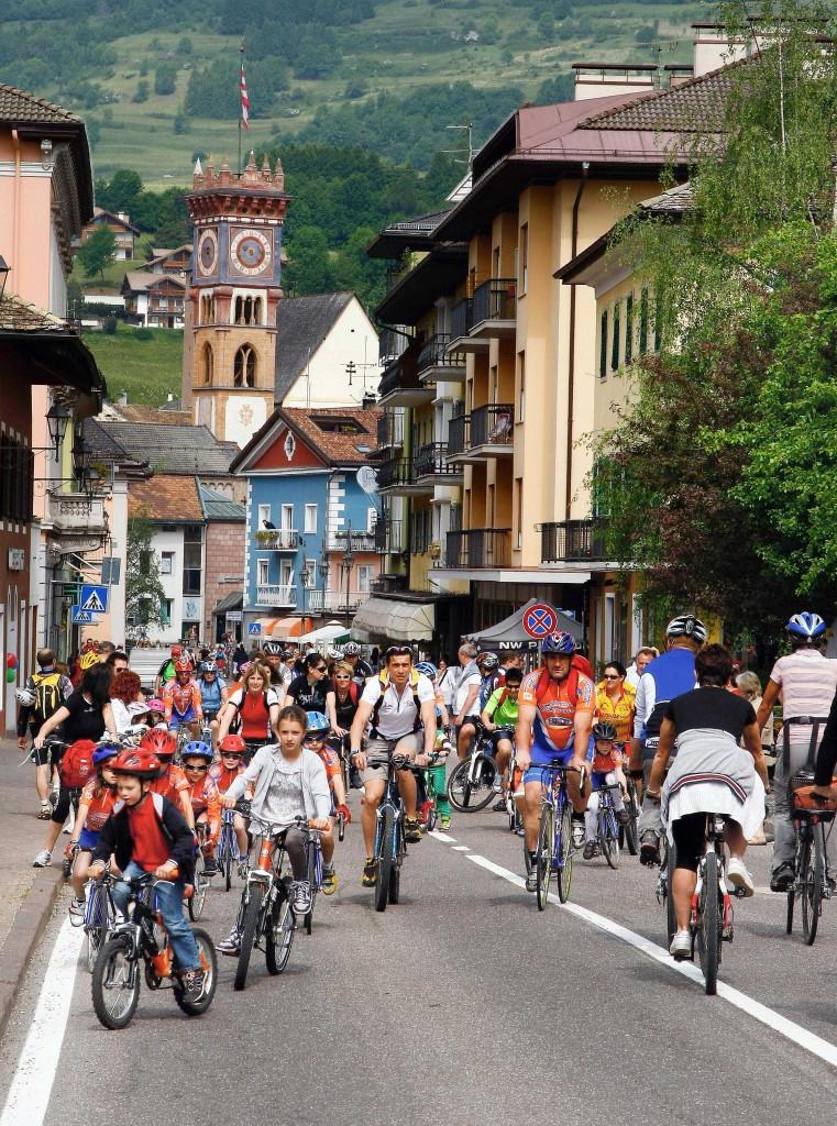 Cavalese FIEMME senzauto foto Federico Modica p 761x1024 Tutti in bici Domenica 9 giugno per i 10 anni di Fiemme Senz'Auto
