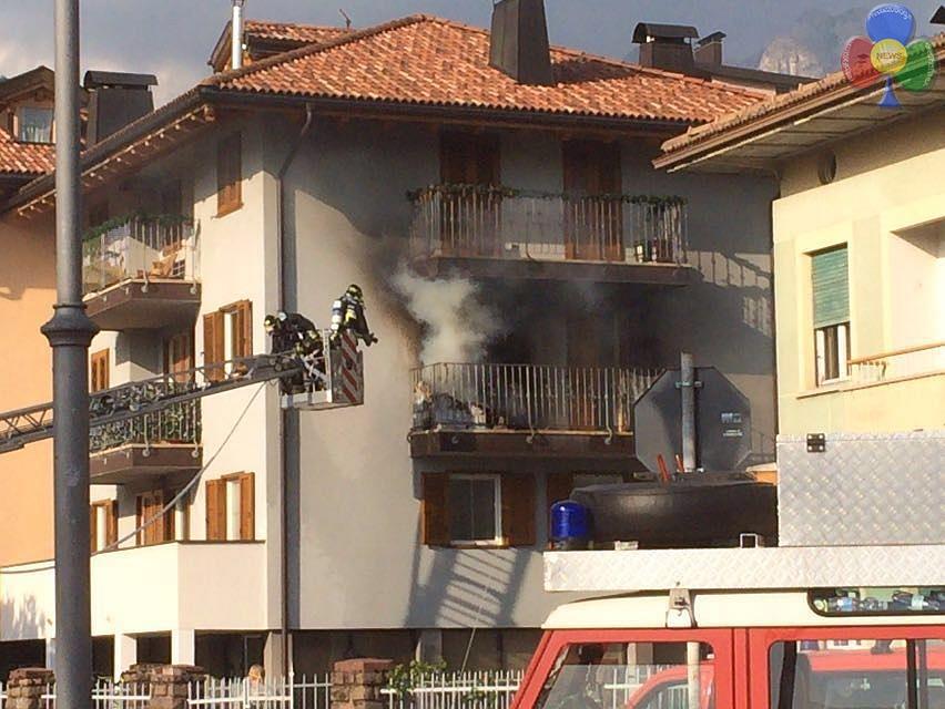 incendio cavalese 27 maggio 2016 b Incendio sul balcone in via Cacciatori a Cavalese   Video