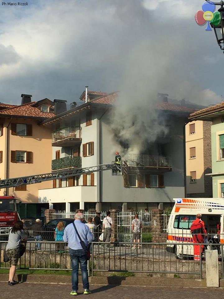 incendio cavalese 27 maggio 2016 d Incendio sul balcone in via Cacciatori a Cavalese   Video