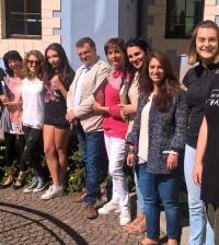 foto di gruppo con studentesse insegnanti tutor e amministratori