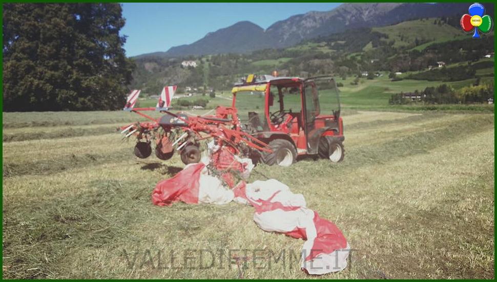 parapendio su trattore a masi di cavalese Parapendio atterra nel prato, il contadino lo investe col trattore
