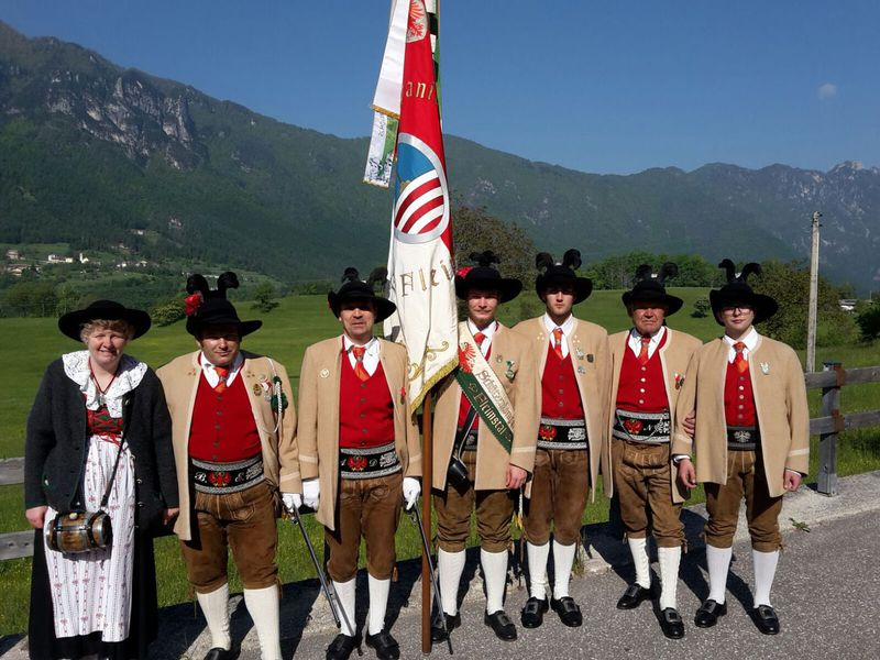schutzenkompanie fiemme Schützenkompanie Fleimstal, non gradita alla processione