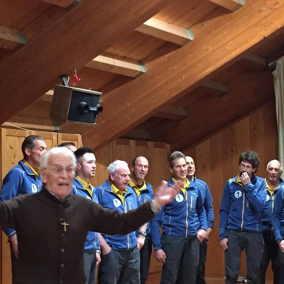 Serata Don Bepi Grosselli foto3 Don Bepi Grosselli a Tesero, ringrazia il paese e lascia il segno