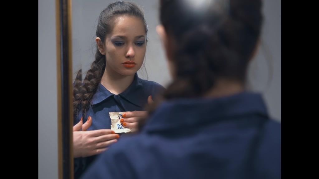 """Ragazza specchio 1024x576 """"La gabbia"""" l'autostima non cresce con i like"""